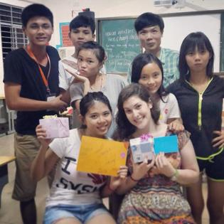 Students present teachers with gifts on last day of class, 2014